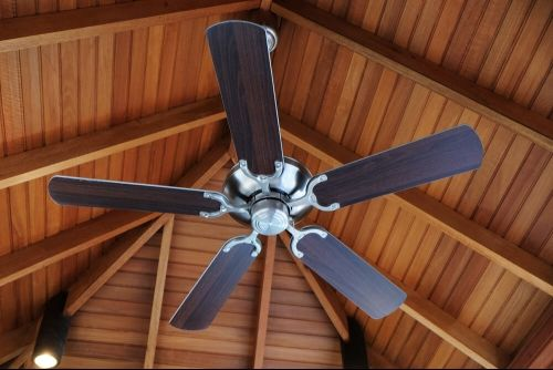 ceiling fan to regulate temperature in room